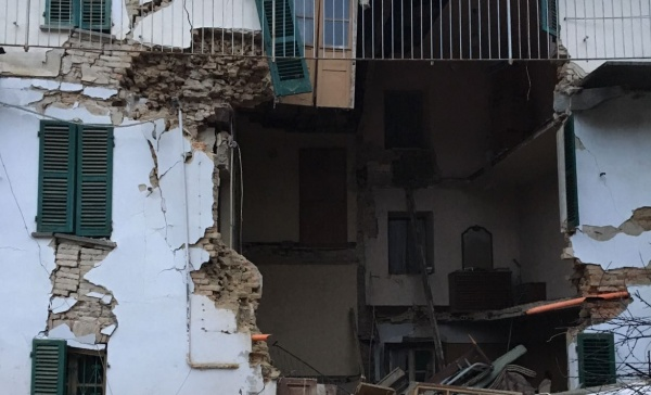 Crolla una casa a montaldo scarampi la nuova provincia for Vinci una casa