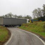 Un GPS para coches, lleva a un camionero de 23 años a cortar una carretera toda la noche con un camión de 16 m. y 35 tn