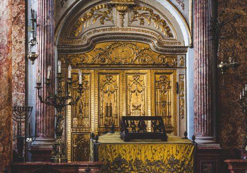 Dettaglio dell'Aròn Hakkodeš, ovvero l'armadio dorato dietro il pulpito dove sono conservati i rotoli della Torah [foto Gabriele Picello]