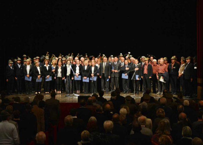 Tutti i cori e le fanfare riunite sul palco dell'Alfieri per il canto finale