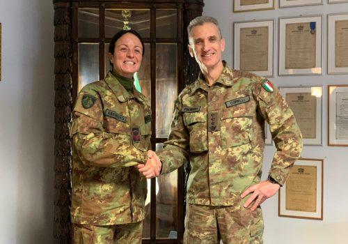 Alice Franco con il comandante del 6° reggimento Alpini