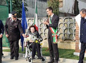 Ester Maria Cotti durante l'inaugurazione del monumento a Casabianca