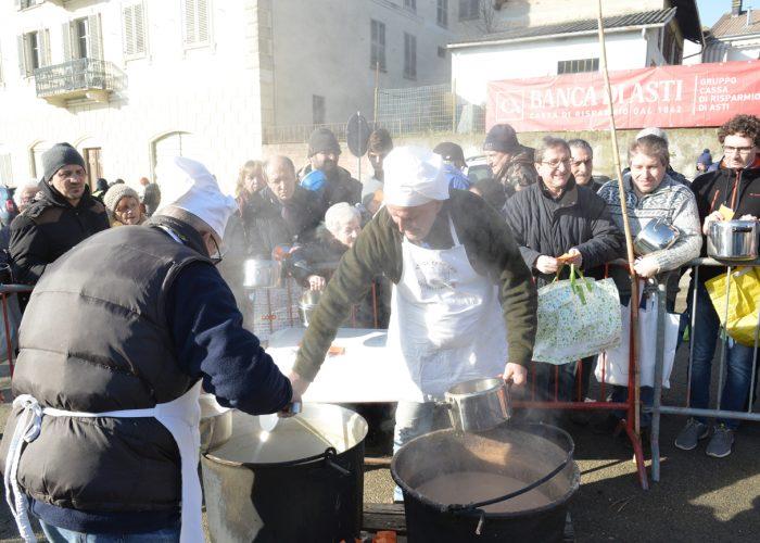 Un momento della cottura della fagiolata di Castiglione