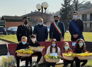 I bambini della scuola primaria di Ferrere con il maresciallo Trimboli, Fabio Carosso, Silvio Tealdi e Paolo Lanfranco