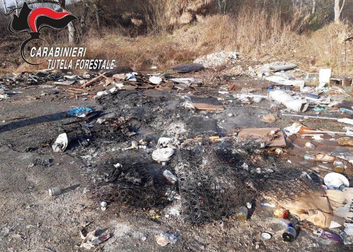 rifiuti bruciati a Belangero carabinieri forestali