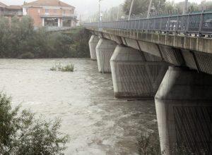 Il Tanaro scorre sotto il ponte di corso Savona
