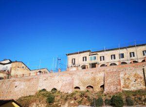 Il muro di corso XXV Aprile che sarà oggetto di consolidamento a Moncalvo