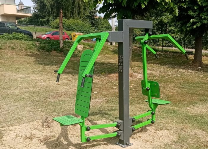 Le attrezzature sportive nei giardini di via Pero