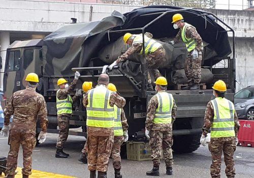 Militari montano la tenda davanti all'ospedale
