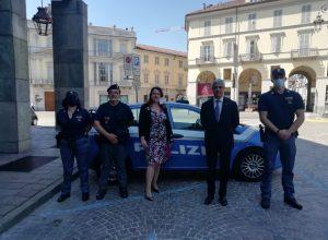 Il prefetto con agenti della polizia