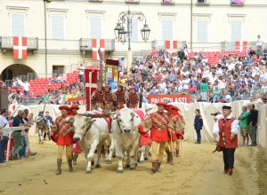 Il carroccio entra nel catino di piazza Alfieri