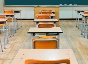 Banchi distanziati a scuola