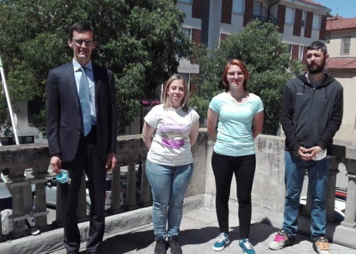 Il sindaco Paolo Lanfranco con i tre volontari del servizio civile