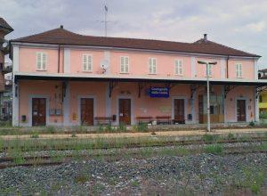 La stazione ferroviaria di Castagnole delle Lanze (Italia).