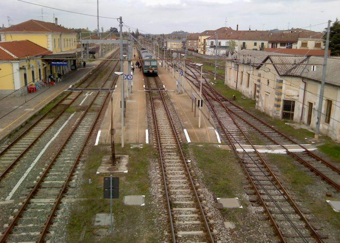Treno in sosta nella stazione di Nizza Monferrato
