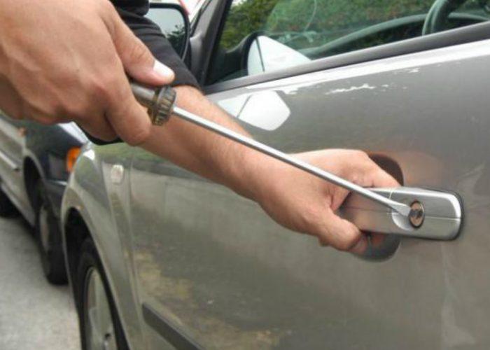 Arrestato dai carabinieri mentrecerca di rubare un'autovettura