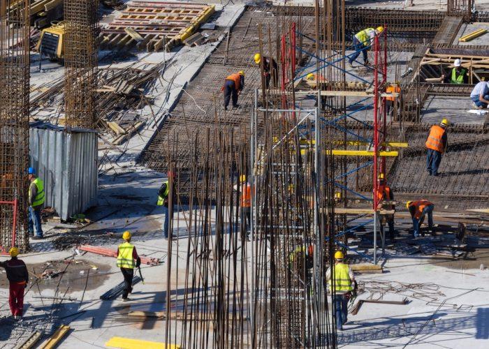 Al lavoro in un cantiere edile