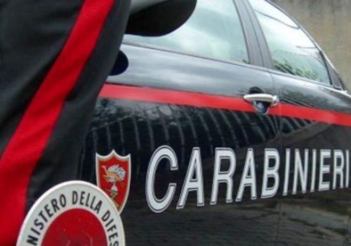 Foto carabinieri generica, auto con militare dell'Arma con paletta / Foto Carabinieri