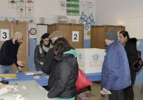 Elettori al voto nei seggi