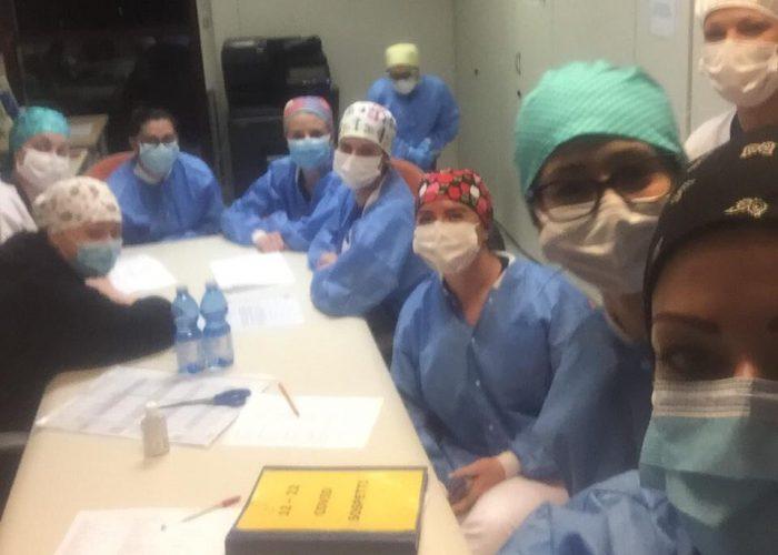 Un momento di una riunione degli infermieri prima del turno