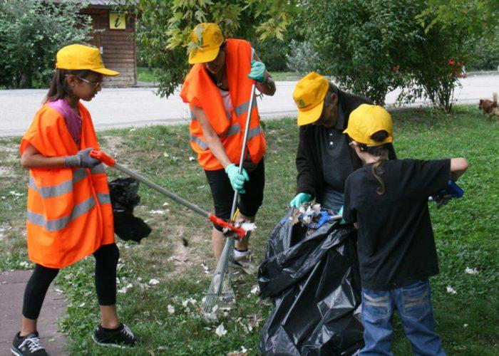 """Motori di camion e water, i volontari""""puliscono il mondo"""" dall'inciviltà"""