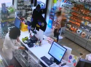 Un'immagine della rapina alla farmacia del Palucco
